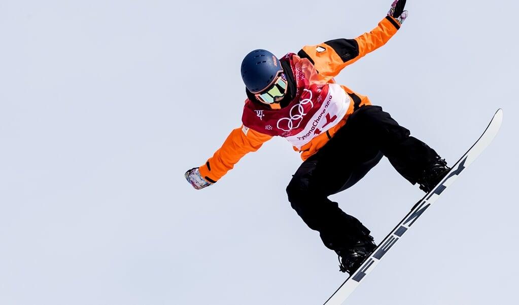 Cheryl Maas tijdens de kwalificaties snowboard big air in het Alpensia Ski Jumping Centre tijdens de Olympische Winterspelen van Pyeongchang.  (beeld   anp / Koen van Weel)