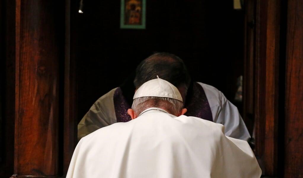 Paus Franciscus gaat te biecht in de Sint-Pieter in Rome, in maart 2018.  (beeld  afp)