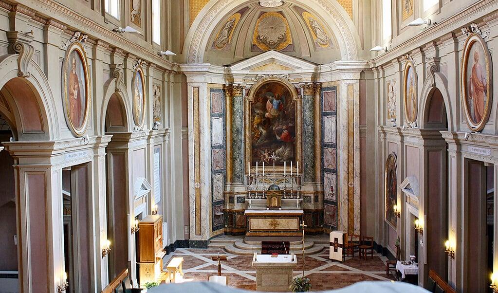 Interieur van de Friezenkerk in Rome, op steenworpafstand van het Sint-Pietersplein  (beeld Debora Dijkstra)