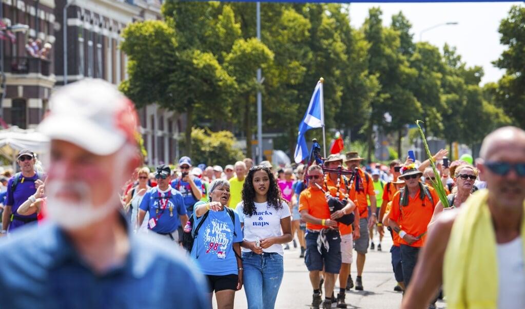 De wandelsport staat met 2,5 miljoen sporters in de topvijf.  (beeld anp / Piroschka van de Wouw)
