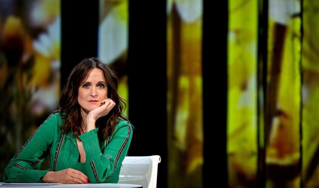Janine Abbring in het decor van het live interviewprogramma Zomergasten van de VPRO.  (beeld anp / Kippa Koen van Weel)