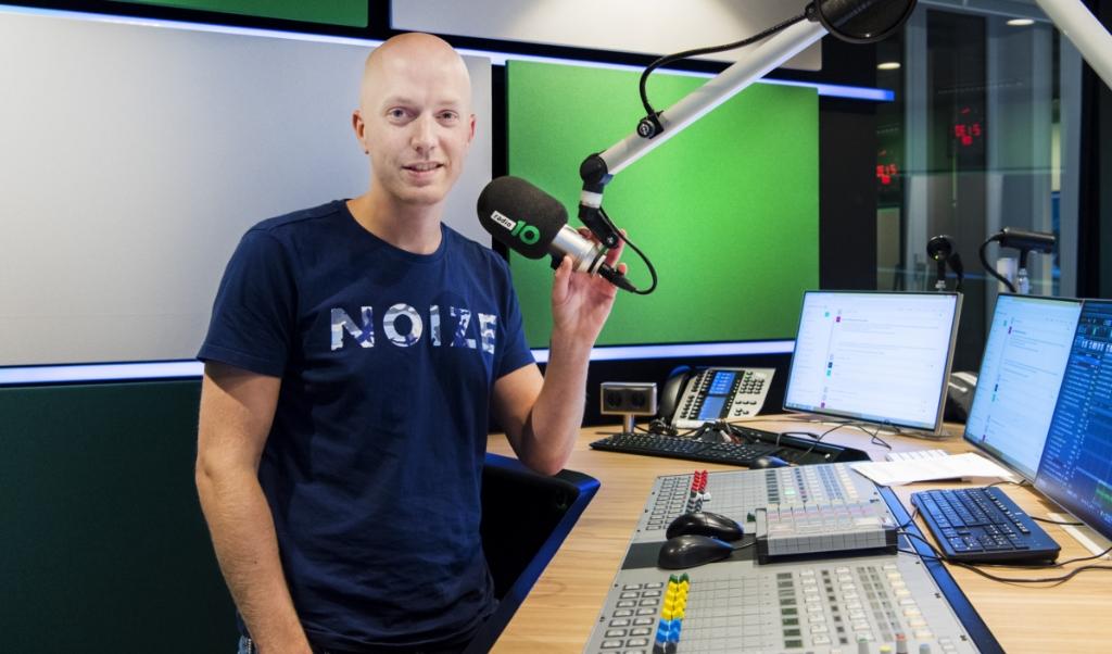 Dj Lex Gaarthuis in de studio van Radio 10.  (beeld anp / Kippa Piroschka van de Wouw)