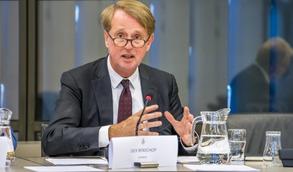 Dick Benschop (Directeur Schiphol) tijdens een hoorzitting in de Tweede Kamer.  (beeld anp / Lex van Lieshout)