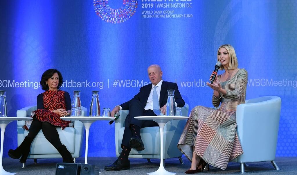 David Salomon van de zakenbank Goldman Sachs in oktober met Ivanka Trump (r.) tijdens een discussie over ondernemerschap van vrouwen bij de Wereldbank.  (beeld   afp / Olivier Douliery)