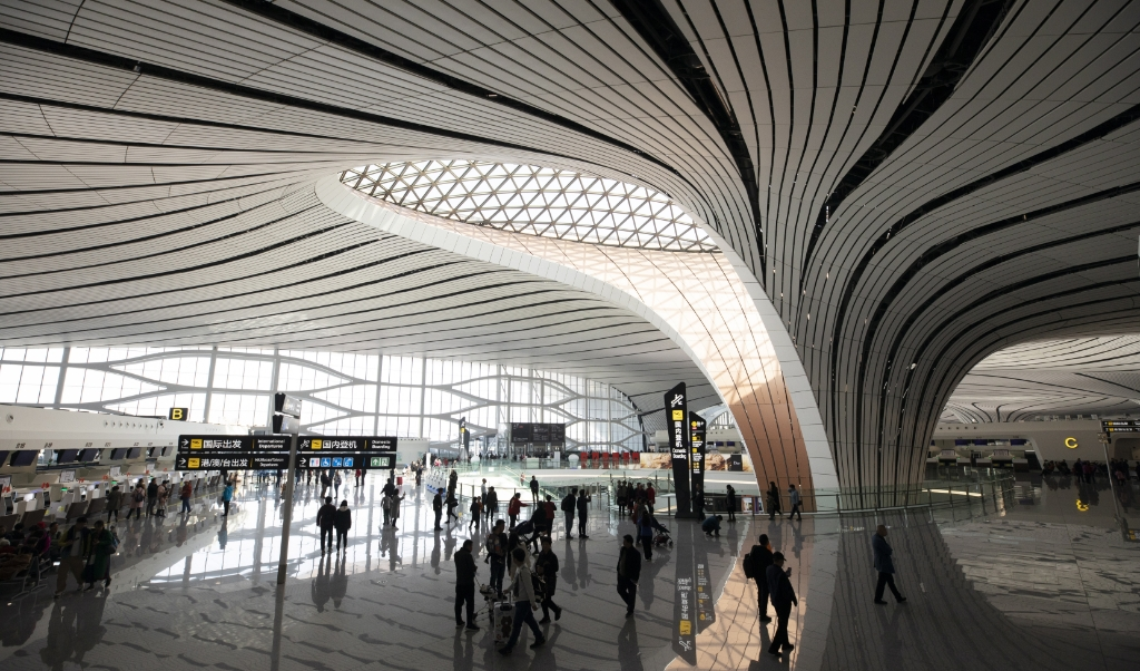 Een van de hallen vann het nieuwe vliegveld van Peking.  ( beeld epa / How Hwee Young)