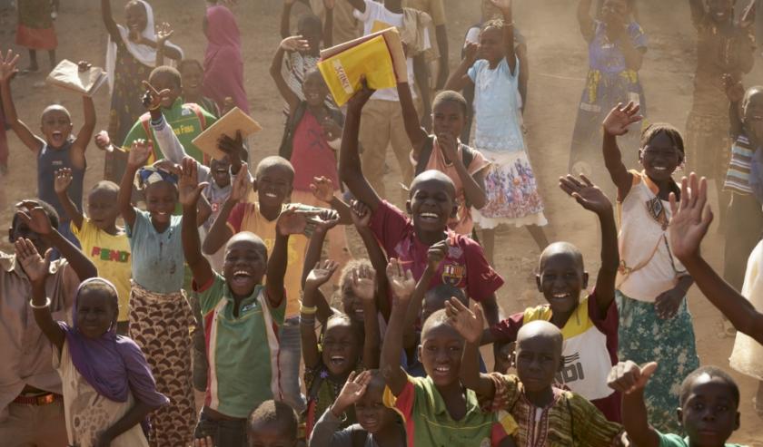 Kinderen begroeten het Franse leger in Burkina Faso.  (beeld anp)