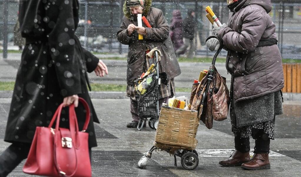 Oudere vrouwen verkopen kerkkaarsen in het centrum van Moskou.   (beeld Alexander Nemenov / AFP)