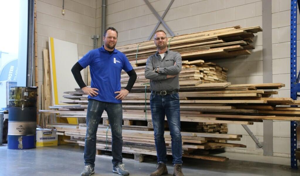 Timmerman en begeleider Jan Jaap de Graaf (l.) en initiatiefnemer Fred Nijenhuis.  (beeld Sjaak van de Groep)