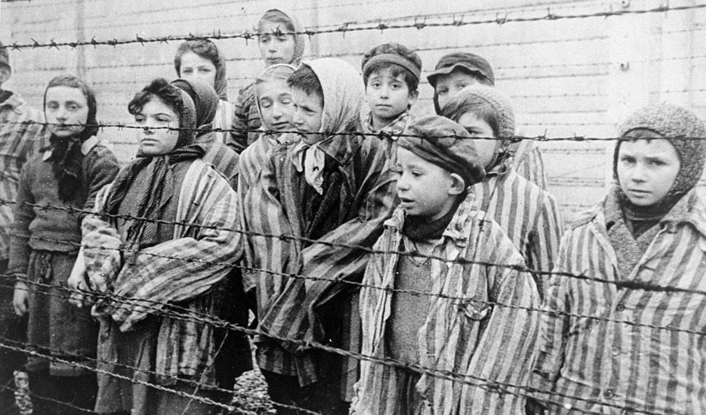 Jeugdige overlevenden van Auschwitz. Foto genomen door sovjet-fotograaf Alexander Voronzov kort na de bevrijding van het kamp.  (beeld  Belarusian State Archive of Documentary Film and Photography)