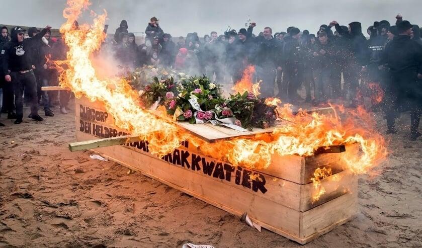 2019-12-15 14:28:57 DEN HAAG - Inwoners van Duindorp en Scheveningen nemen met een crematie symbolisch afscheid van het vreugdevuur. Het traditionele vreugdevuur is dit jaar verboden door de gemeenteraad van Den Haag. ANP KOEN VAN WEEL  ( beeld anp)