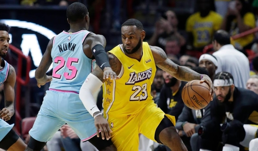 2019-12-14 20:21:21 epa08070052 Los Angeles Lakers forward LeBron James (R) drives the ball past Miami Heat guard Kendrick Nunn (L) during the NBA basketball game between the Los Angeles Lakers and the Miami Heat at the AmericanAirlines Arena Miami, Flori  ( beeld anp)