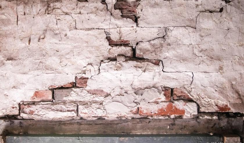 2019-06-09 11:13:16 WIRDUM - Schade aan een boerderij in het Groningse Wirdum. Het epicentrum van de aardbeving met een kracht van 2,5 lag in Garrelsweer, maar de beving werd ook in Wirdum gevoeld. ANP ANJO DE HAAN  ( beeld anp)