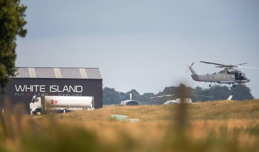 2019-12-13 05:41:25 epa08066523 A military helicopter departs Whakatane airport during a recovery operation to retrieve the remaining bodies on White Island following its eruption in Whakatane, New Zealand, 13 December 2019.  EPA/DAVID ROWLAND AUSTRALIA A  ( beeld anp)