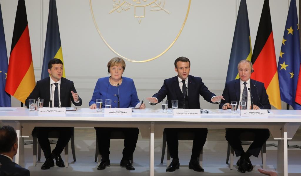 Volodymyr Zelensky (Oekraïne), Angela Merkel (Duitsland), Emmanuel Macron (Frankrijk) en Vladimir Putin (Rusland) tijdens een persconferentie in het Elysée in Parijs.  ( beeld afp / Ludovic Marin)