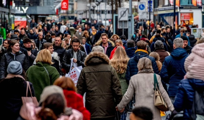 2018-12-23 14:20:59 ROTTERDAM - Winkelend publiek in het Rotterdamse centrum. In het laatste weekend voor kerst wordt er volop gewinkeld om alle cadeau's, drank en etenswaren voor de feestdagen in huis te halen. ANP ROBIN UTRECHT  ( beeld anp)