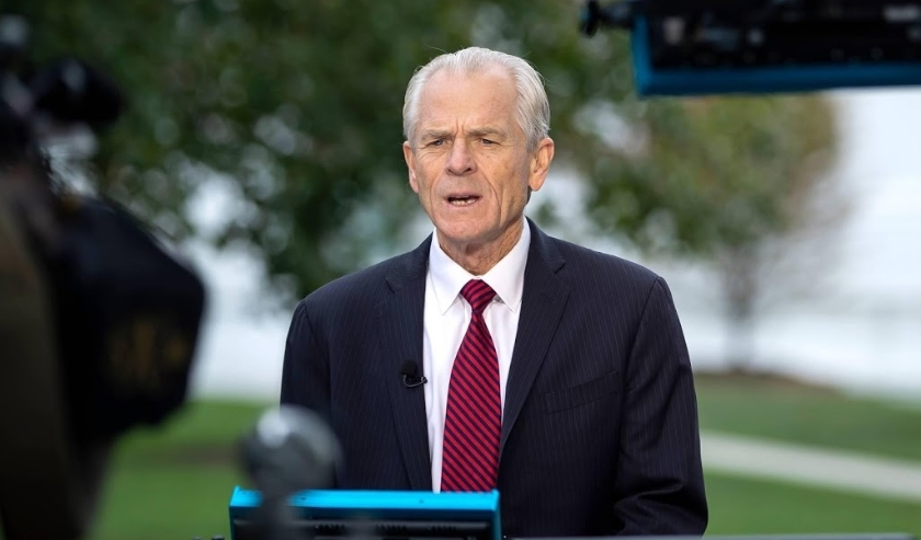 2019-10-08 14:04:32 epa07906186 Peter Navarro, Assistant to the President, and Director of Trade and Manufacturing Policy, participates in a television interview outside the White House in Washington, DC, USA, 08 October 2019. Trade negotiations between t  ( beeld anp)