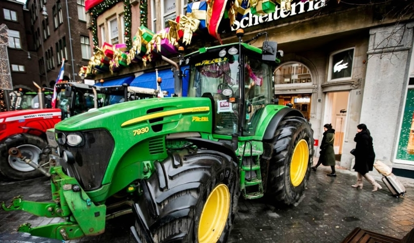 2019-12-13 11:19:04 AMSTERDAM - Tractoren op het Rokin voor boekwinkel Scheltema. De boeren voeren opnieuw actie, nu in de Amsterdamse binnenstad. De boeren vragen aandacht voor de stikstofkwestie en willen