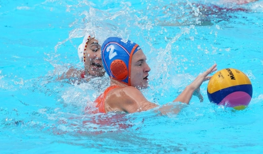 2019-07-22 17:04:19 epa07732967 Maud Megens of Netherlands (R) in action against Paula Crespi Barriga of Spain (L) during their Women's Water Polo  quarter final match of the FINA Swimming World Championships 2019 in Gwangju, South Korea. 22 July 2019.  E  ( beeld anp)