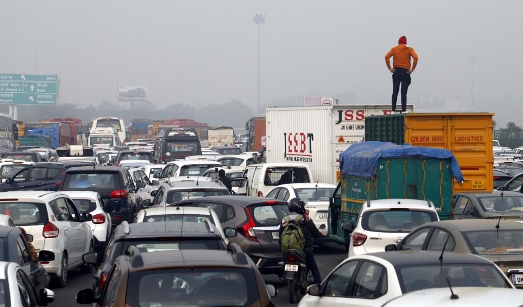 Wie in Mumbai hard toetert, moet langer wachten bij het verkeerslicht.  (beeld afp )