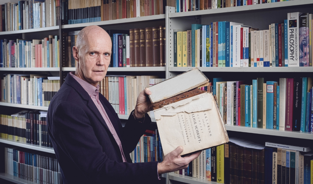 Dominee Bert Loonstra uit Gouda beschreef zijn verlangen naar kerkelijke eenheid en vraagt zich af: is de kerk van nu vergelijkbaar met een oud boek dat uit elkaar valt?  (beeld  Joost Hoving)