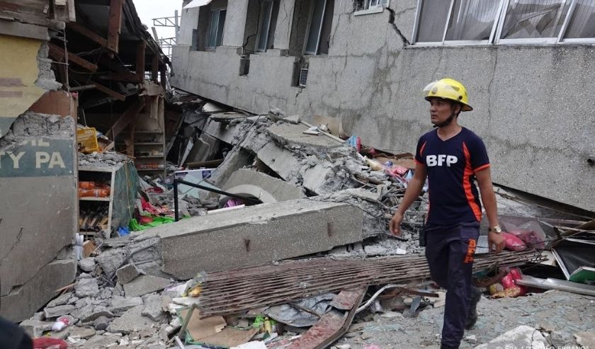 2019-12-15 16:28:06 epa08073059 A fireman inspects a damaged market in the quake-hit town of Padada, Davao Del Sur province, Philippines, 15 December 2019. ,  An earthquake of magnitude 6.8 shook the island of Mindanao in southern Philippines on December   ( beeld anp)