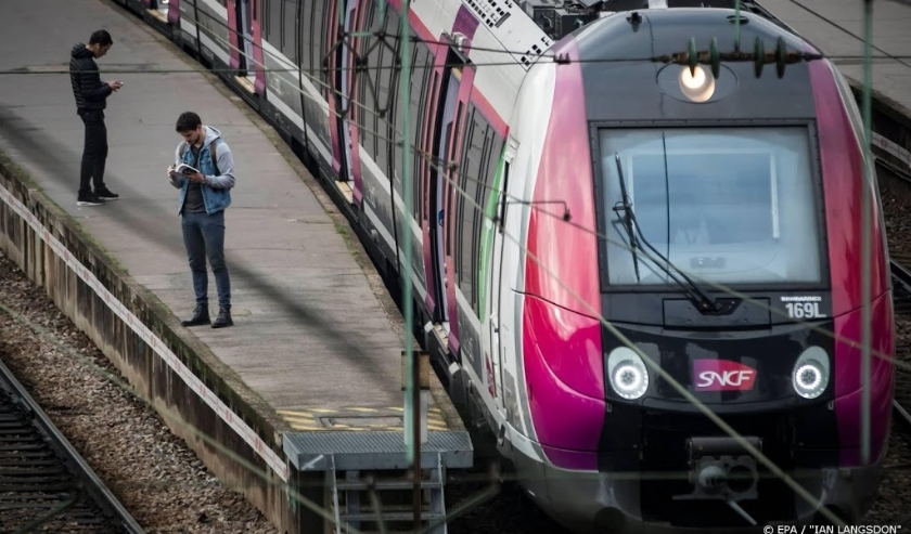 2018-04-13 07:42:28 epa06665874 Commuters wait on the platform during a SNCF French national railways strike at the Gare Saint Lazare train station in Paris, France, 13 April 2018. French railway labor unions called for on-and-off strikes over the next th  ( beeld anp)