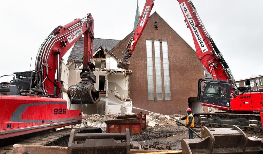 De gereformeerde Pniëlkerk aan de Tesselsestraat in Duindorp wordt gesloopt. Het sloopbedrijf begon maandag met de kosterswoning.  (Dirk Hol)