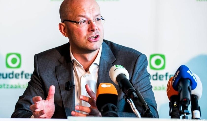 2018-04-04 10:07:18 AMSTERDAM - Directeur Donald Pols van Milieudefensie kondigt tijdens een persconferentie in de A'DAM Toren een klimaatzaak aan tegen Shell. ANP REMKO DE WAAL  ( beeld anp)
