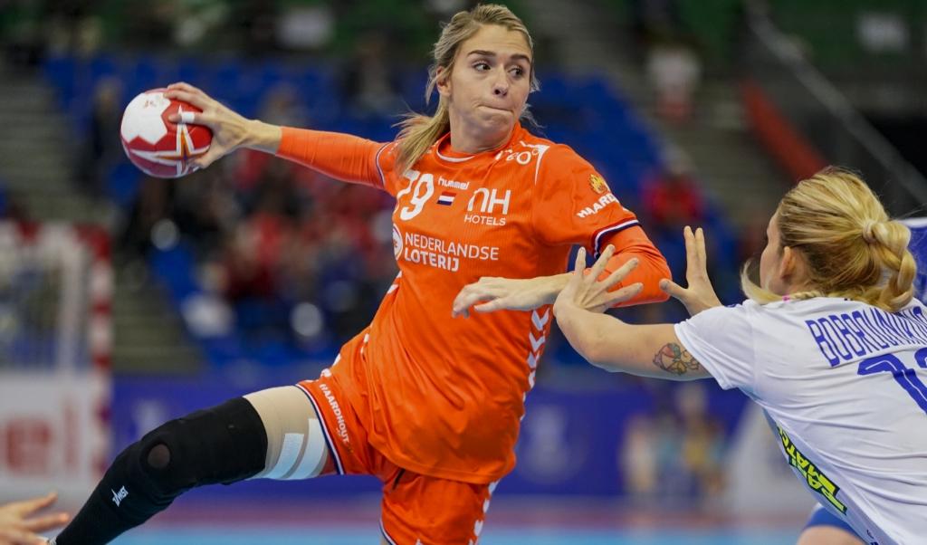 Estavana Polman in actie tijdens de halve finale tegen Rusland op het WK handbal.  (beeld anp / Ronald Hoogendoorn)