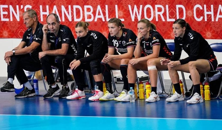 2019-12-08 19:21:37 KUMAMOTO - Een treurige bank als Nederland niet is opgewassen tegen Duitsland tijdens de wedstrijd tegen Duitsland op het WK handbal in Aqua Dome. ANP RONALD HOOGENDOORN  ( beeld anp)