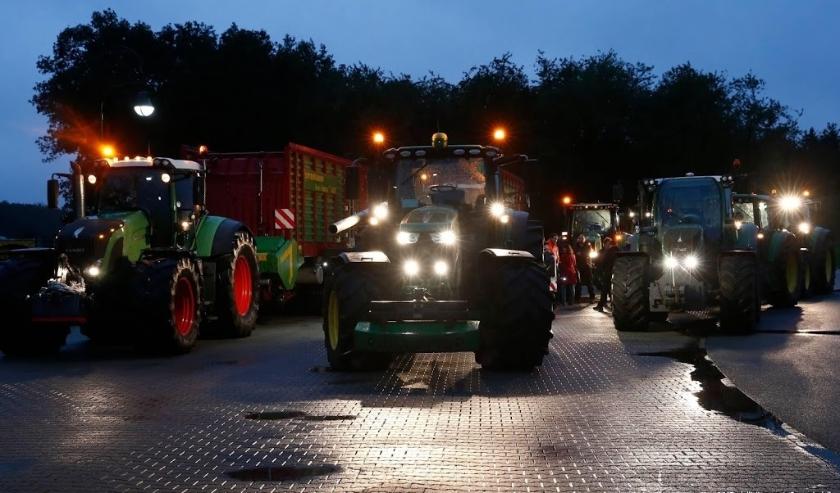 2019-10-01 00:00:00 PESSE - Drentse boeren verzamelen zich met hun trekkers langs de snelweg A28 bij Hoogeveen voor een blokkade richting Zwolle. De boeren voegen zich bij een landelijk protest onder de naam #Agractie. De betogers vinden dat de agrarische  ( beeld anp)