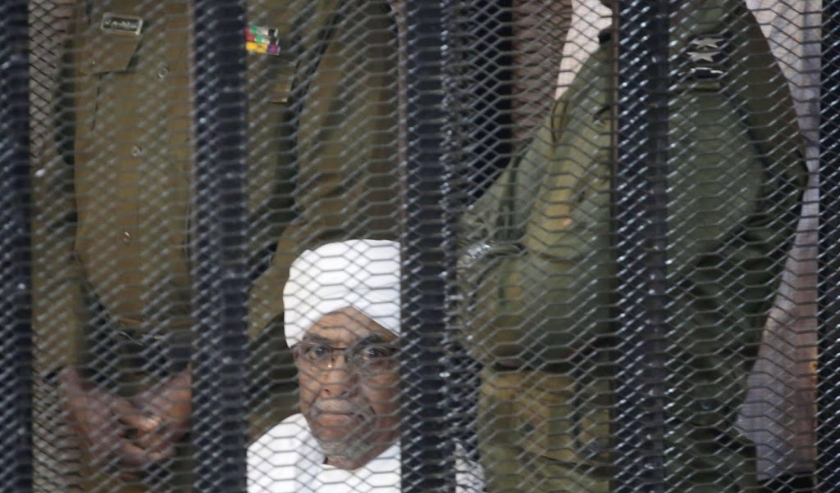 2019-08-24 11:45:26 epaselect epa07789691 Sudan's ousted President Omar Hassan al-Bashir looks out from inside the accused  cage, during his trial in Khartoum, Sudan, 24 Auguste 2019. Al-Bashir stepped down in April 2019 after the months long uprising whi  ( beeld anp)