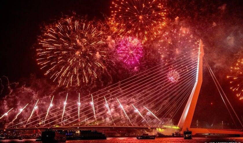 2019-01-01 00:00:00 ROTTERDAM - Op en rond de Erasmusbrug wordt het nieuwe jaar gevierd met het Nationale Vuurwerk. ANP ROBIN UTRECHT  ( beeld anp)