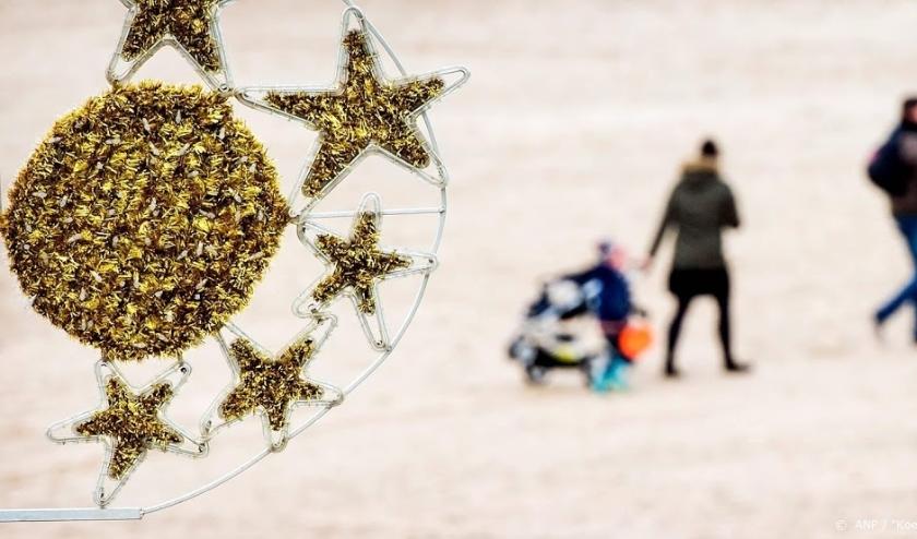 2015-12-26 13:03:07 SCHEVENINGEN - Met tweede kerstdag naar het strand. ANP KOEN VAN WEEL  ( beeld anp)