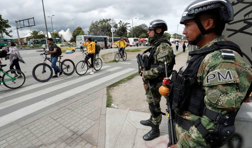 2019-11-27 18:34:30 epa08029487 Soldiers stand guard at the Transmilenio terminus on Calle 80 during the seventh day of protests, in Bogota, Colombia 27 November 2019. Colombians returned to the streets to express their rejection of the policies of Presid  ( beeld anp)