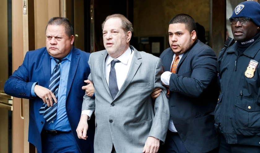 2019-12-06 10:58:04 epa08049344 Former movie producer Harvey Weinstein (2-L) departs New York State Supreme Court  following a bail hearing related to his upcoming trial on charges of rape and sexual assault at in New York, New York, USA, 06 December 2019  (beeld anp)