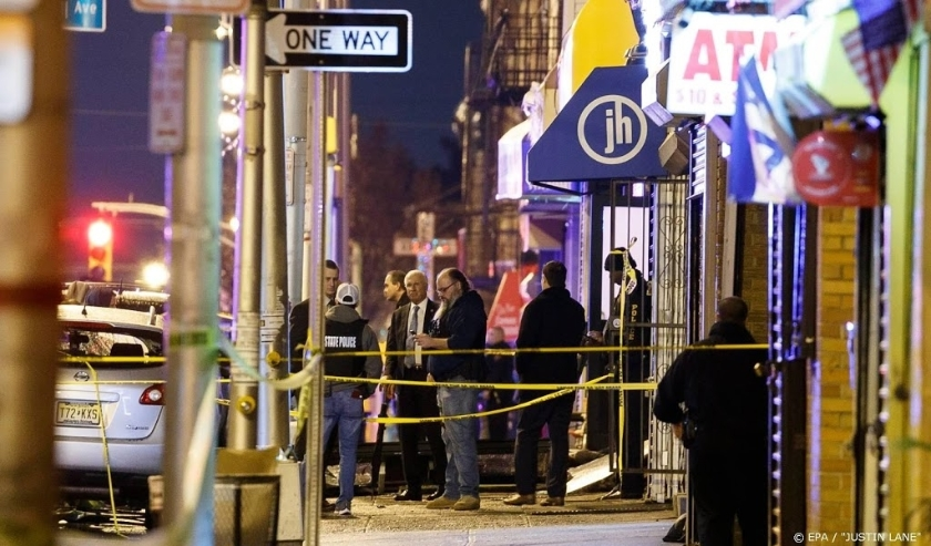 2019-12-10 18:10:09 epa08061355 Police secure and investigate the scene of a multiple shooting in Jersey City, New Jersey, USA, 10 December 2019. Six people were killed, including the two shooters and a police officer, earlier on the same day when two men  ( beeld anp)