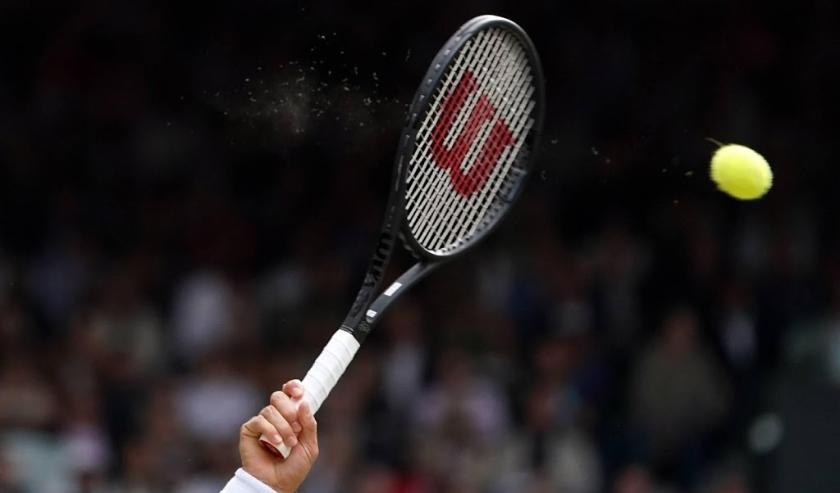 2019-07-14 14:31:54 epa07716911 Roger Federer of Switzerland serves to Novak Djokovic of Serbia in the men's final of the Wimbledon Championships at the All England Lawn Tennis Club, in London, Britain, 14 July 2019. EPA/NIC BOTHMA EDITORIAL USE ONLY/NO C  ( beeld anp)