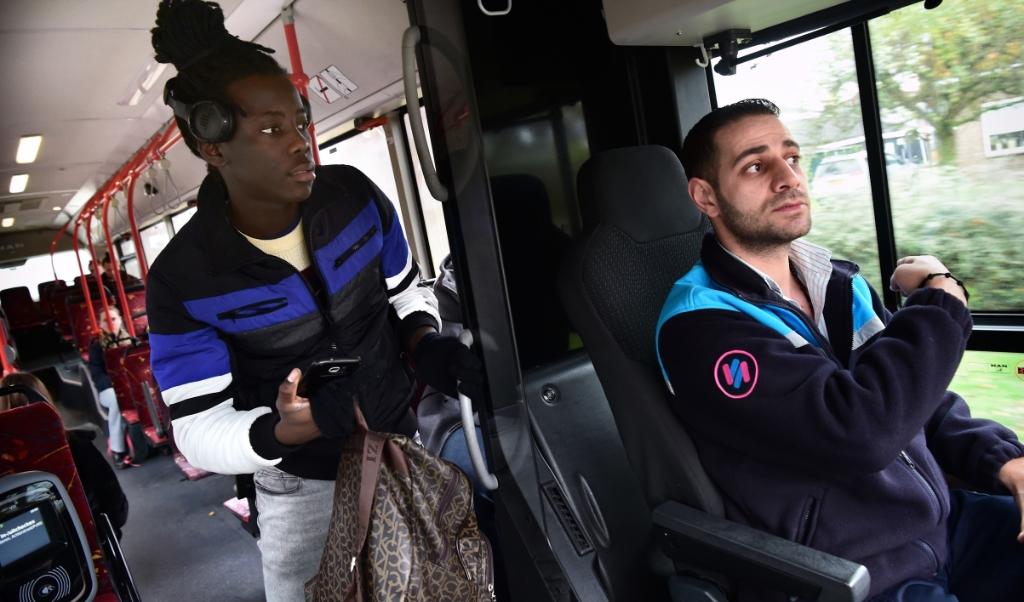 Andrih Sharin moet, als chauffeur, een 'mensenmens' zijn. Praten met passagiers is bijna nog moeilijker dan het besturen van de bus.  (Marcel van den Bergh)