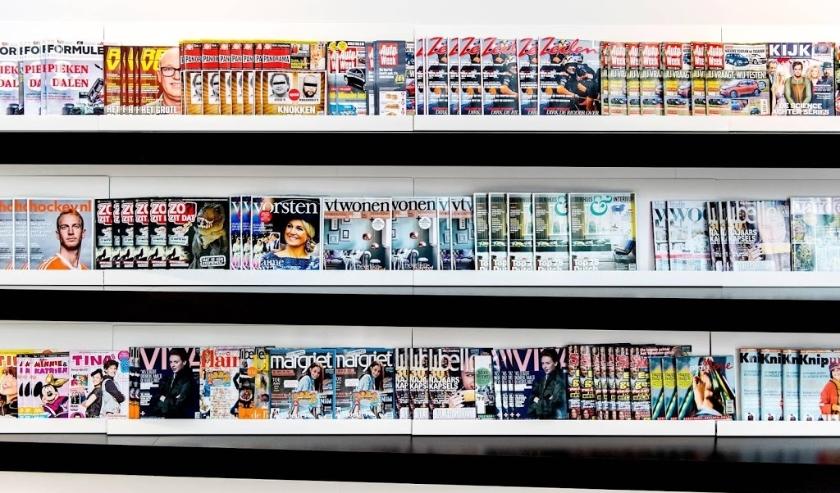 2013-10-31 09:32:35 HOOFDDORP - Tijdschriften in het hoofdkantoor van Sanoma in Hoofddorp waar de plannen voor de reorganisatie bekend zijn gemaakt. De uitgever schrapt 500 banen en bekende titels als Nieuwe Revu, Panorama, KIJK en Playboy. ANP KOEN VAN W  ( beeld anp)