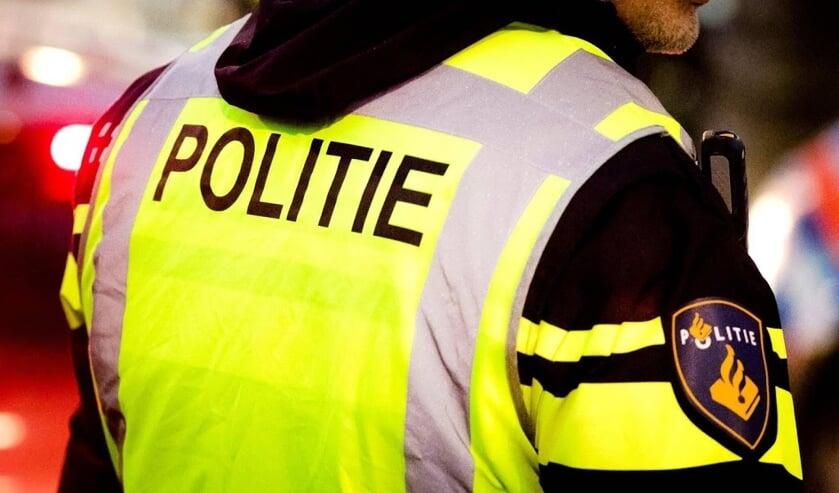 2017-12-23 17:51:52 ROTTERDAM - Een politieagent tijdens een verkeerscontrole in Rotterdam. ANP XTRA REMKO DE WAAL  ( beeld anp)