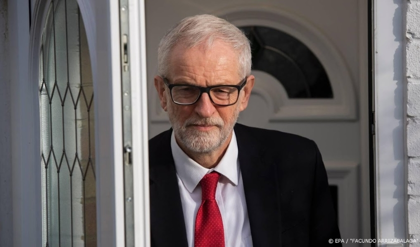 2019-12-13 12:46:31 epa08068511 Labour leader Jeremy Corbyn (C) leaves his house in London, Britain, 13 December 2019. Britons went to the polls for a general election on 12 December 2019, which the Conservative Party has won with an overall majority.  EP  ( beeld anp)