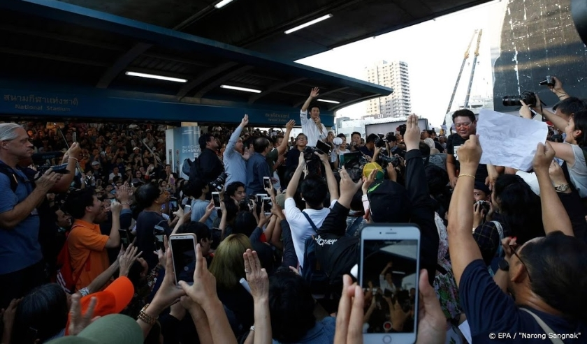 2019-12-14 17:00:03 epa08070726 Thailand's Future Forward Party leader Thanathorn Juangroongruangkit (C) talks to supporters at a rally near the Bangkok Art and Culture Center (BACC) in Bangkok, Thailand, 14 December 2019. Thousands of Future Forward Part  ( beeld anp)
