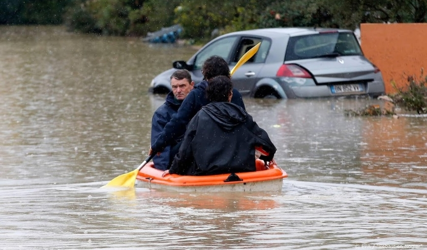 2019-11-24 13:02:14 epa08022068 People use a canoe in the middle of submerged streets due to heavy rainfalls that hit Var department overnight in Le Muy, France, 24 November 2019.  EPA/SEBASTIEN NOGIER  ( beeld anp)
