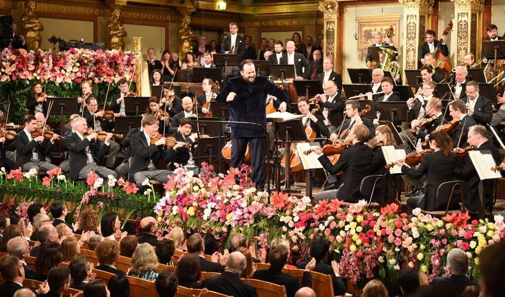 De Letse dirigent Andris Nelsons leidde een verrassend goed nieuwjaarsconcert in Wenen.  ( beeld Marcel S. Zwitser)