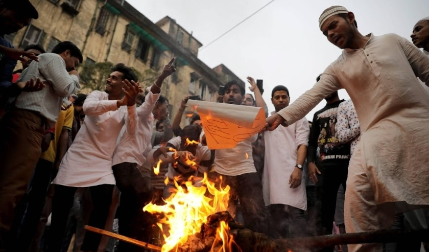 2019-12-13 17:27:19 epa08068554 People burn an effigy of Prime Minister Narendra Modi during a protest against the National Register of Citizens (NRC), in Kolkata, India, 13 December 2019. Protesters are calling on central government to withdraw from draf  ( beeld anp)