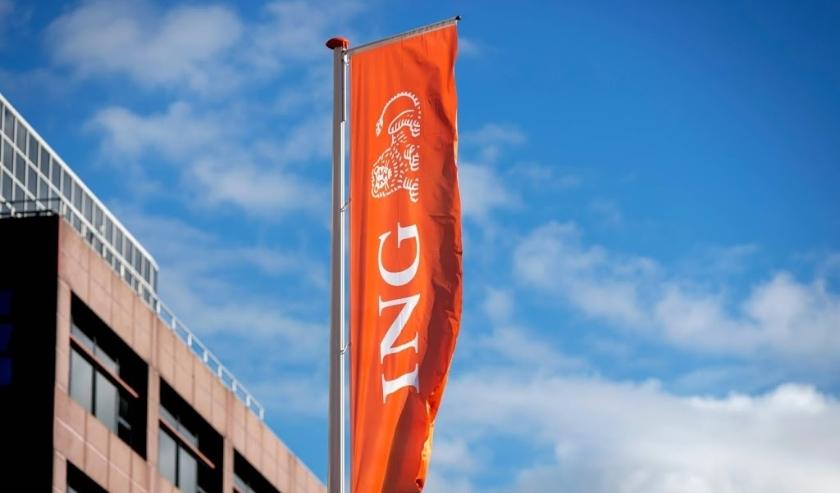 2016-10-03 10:32:21 AMSTERDAM - Het logo van de ING op een vlag. De bank schrapt de komende vijf jaar 7000 banen, hoofdzakelijk in Nederland en Belgie. In Nederland gaat het om 2300 voltijdsbanen, in Belgie om 3500 banen. ANP ROBIN VAN LONKHUIJSEN  (beeld anp)