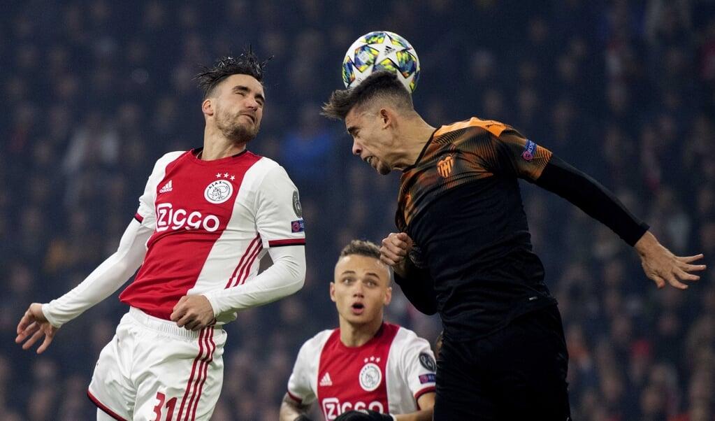 Nico Tagliafico (l.) van Ajax in duel met Gabriel Paulista (r.) van Valencia   (beeld EPA/OLAF KRAAK)