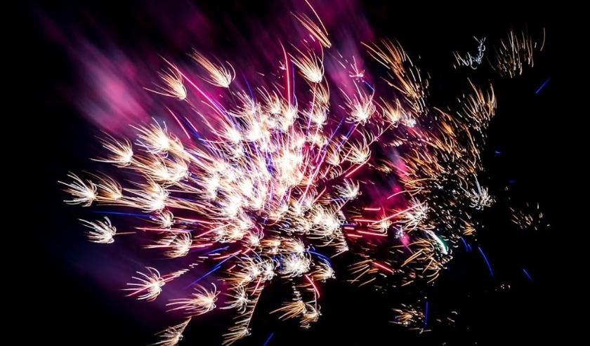 2017-12-03 19:09:20 DEN HAAG - Het wintervuurwerk op het strand van Scheveningen. Na de wedstrijden van het vuurwerkfestival in de zomer zijn er dit jaar voor het eerst in de winter ook vuurwerkshows. ANP LEX VAN LIESHOUT  ( beeld anp)