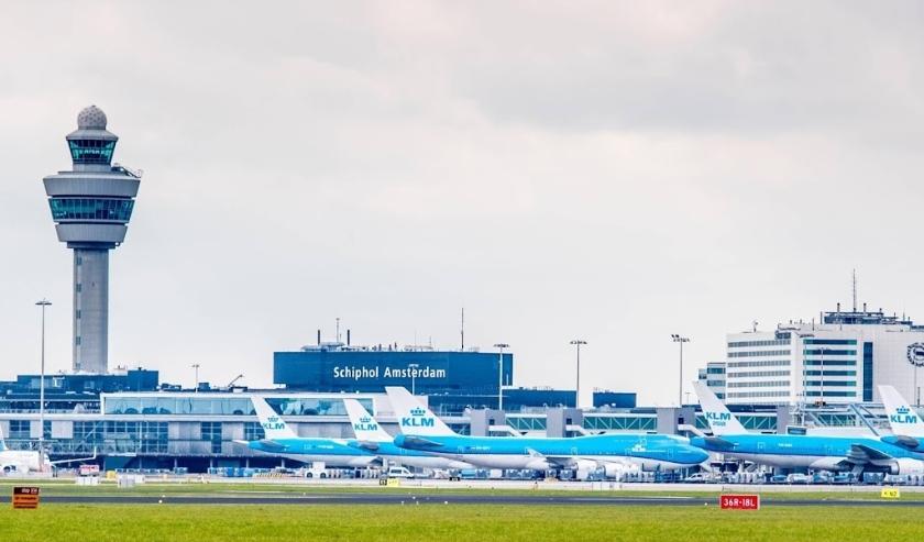 2018-04-03 13:22:20 SCHIPHOL - Een vliegtuig van KLM op het platform van Schiphol. ANP ROBIN UTRECHT  ( beeld anp)